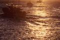 朝陽の中の船出